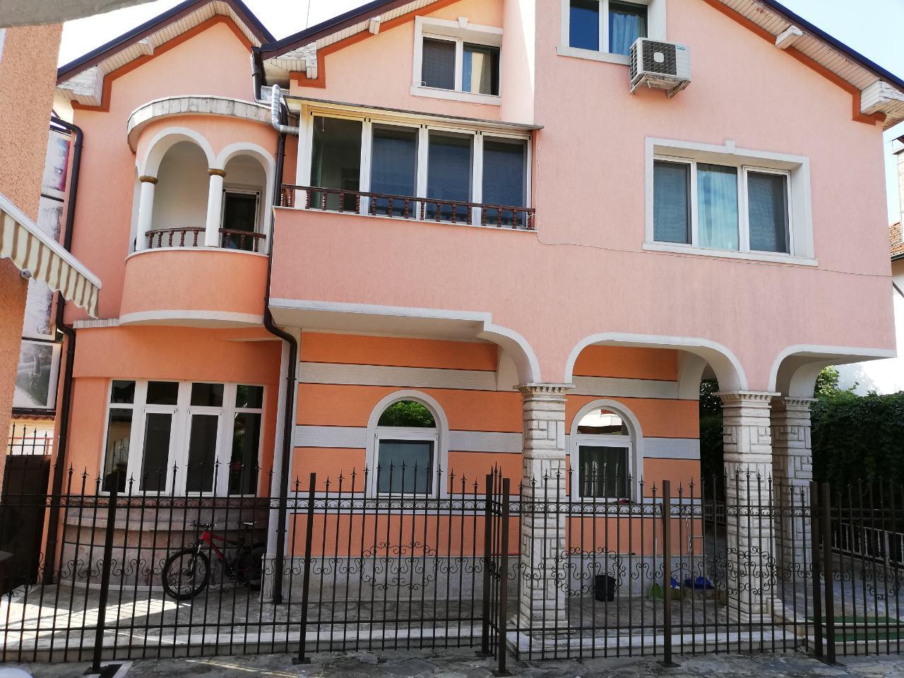 луксозна къща с басейн в Княжево
